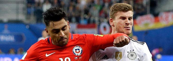 ... und agierte in seiner Verzweiflung zunehmend unfairer: Gonzalo Jara hätte für einen Ellbogencheck an Werners Kinn Rot sehen können (65.).