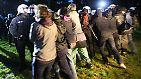 Am späten Sonntagabend kommt es im Elbpark Entenwerder zu einem turbulenten Konflikt zwischen der Polizei und G20-Gegnern.