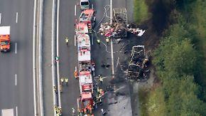 Reisebus brennt komplett aus: Polizei befürchtet 18 Tote bei Unfall auf A9