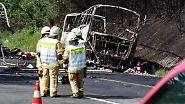 ... und brennen komplett aus. Es bleiben nur Gerippe von Bus und LKW am Autobahnrand übrig.