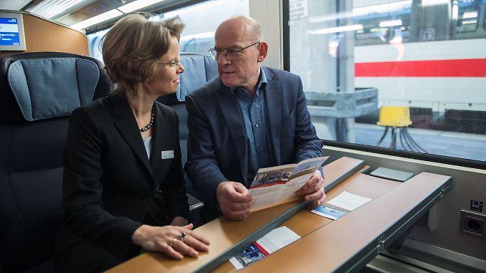 Auge in Auge mit der Deutschen Bahn: Der baden-württembergische Verkehrsminister Winfried Hermann (r.), hier bei einer ICE-Fahrt mit der Vorstandsvorsitzenden der DB Fernverkehr AG, Birgit Bohle.
