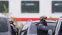 Bedrohung im Zug: Schwer bewaffnete Polizeibeamte im Einsatz (Archivbild).