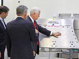 Pence betatscht Weltraum-Gerät: US-Vizepräsident blamiert sich bei Nasa