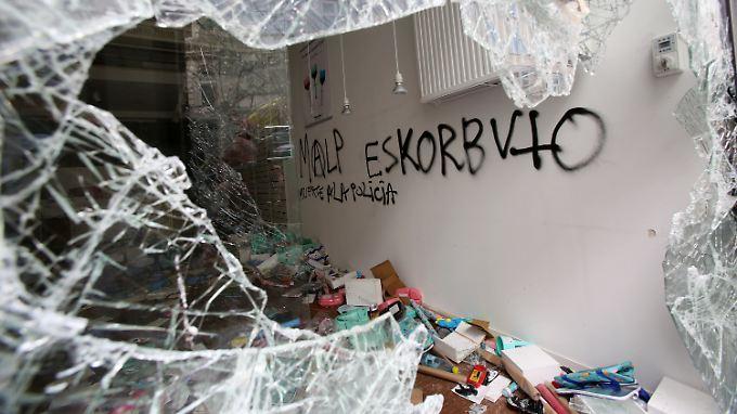Am Abend kam es bei den Ausschreitungen auch zu Plünderungen von Geschäften.