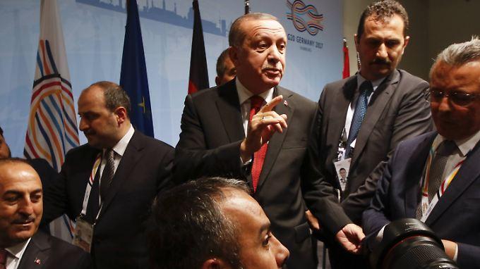 Als nach Abschluss der Pressekonferenz nochmal ein Journalist nach Deniz Yücel fragt, reagiert der türkische Präsident Erdogan ungehalten.