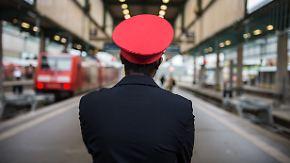 Mehr Urlaub oder mehr Geld?: Gewerkschaften lassen Bahnmitarbeiter entscheiden