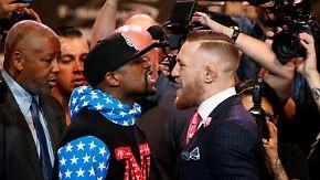 Mayweather ohne Regung: McGregor macht den Hampelmann beim Staredown in L.A.