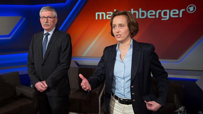 """Die AfD-Politikerin Beatrix von Storch in der Sendung """"Maischberger"""". Neben ihr der umstrittene frühere SPD-Politiker Thilo Sarrazin."""