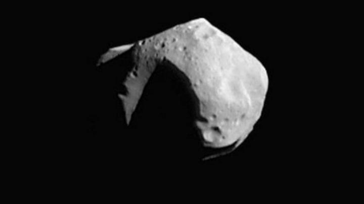 """Der Asteroid """"Mathilde"""", aufgenommen am 1997 von der Raumsonde NEAR Shoemaker."""