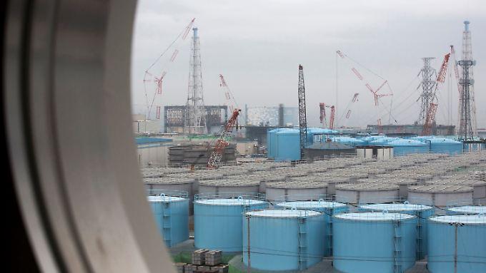 Auf dem Gelände des Atomkraftwerks sind Millionen Liter verstrahltes Wasser in Tanks gelagert.