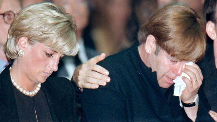 Prinzessin Diana und Elton John nahmen an der Trauerfeier am 22.07.1997 in Mailand teil.