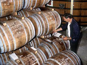 Archivbild aus Frankreich: Ein Kellermeister prüft den Reifungsprozess bei einem Cognac in einer Brennerei der Firma Courvoisier in Jarnac.