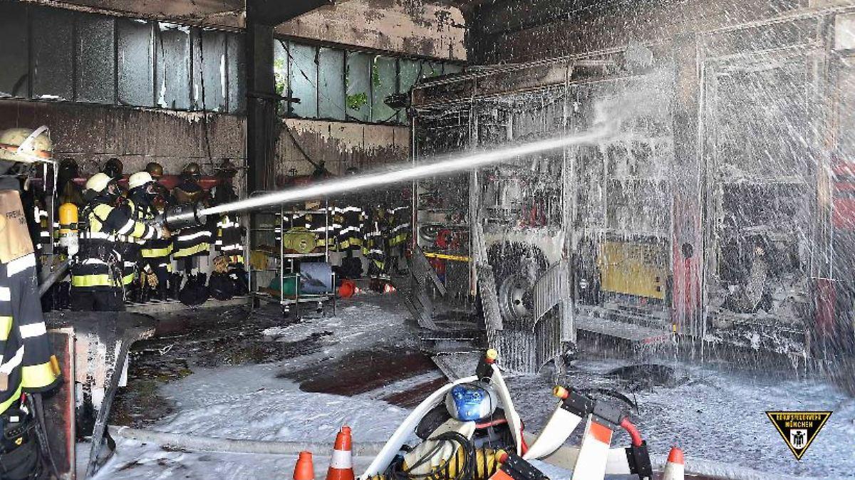 Bei der Feuerwehr in München bricht am Morgen ein Brand aus. Kollegen von  anderen Wehren eilen zu Hilfe. Doch sie können einen enormen Schaden am  Gerätehaus ... 92a0e85fa17