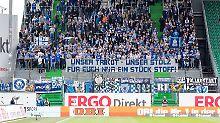 Wenig begeistert: Fans des KSC in der Abstiegssaison zu Besuch in Fürth.