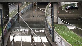 Überflutete Straßen und Schienen in Köln