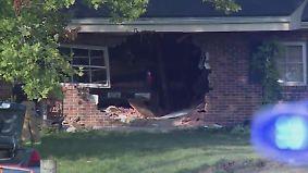 Kaum zu glauben, aber wahr: Truck donnert durch Wand in Wohnzimmer