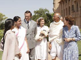 Die Mountbattens mit Gandhi, dem gewaltfreien Kämpfer.