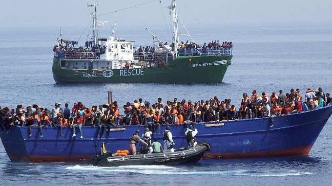 Flüchtlinge auf einem überfüllten Flüchtlingsboot werden vor der libyschen Küste gerettet.