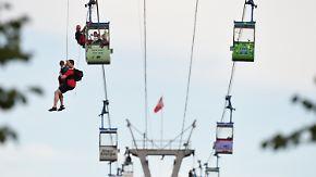 Gefangen in luftiger Höhe: Seilbahn hängt über Kölner Rhein fest