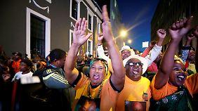 ... gemeinsam mit seinen Anhängern seinen Sieg beim Misstrauensvotum.