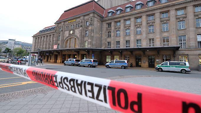 Am Willy-Brandt-Platz vor dem Leipziger Hauptbahnhof sticht ein 28-Jähriger auf eine Frau ein.