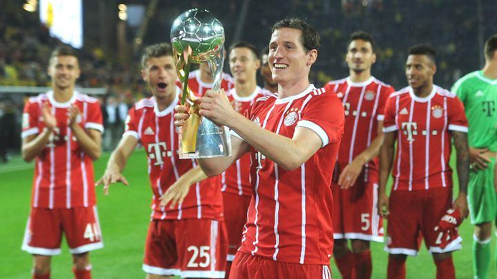 Kaum beim FC Bayern, schon einen Pokal in der Hand: Sebastian Rudy.