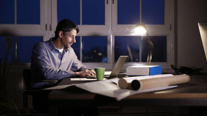 Während viele schon mittags den Feierabend herbeisehnen, können sich Arbeitssüchtige einfach nicht losreißen.