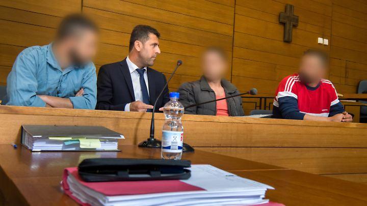 Zwei der Angeklagten sollen Mitglieder einer syrischen Schleuserbande und einer ihr Helfer gewesen sein.