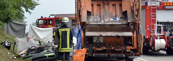 Begraben unter 26 Tonnen: Umkippender Mülllaster erschlägt fünf Menschen