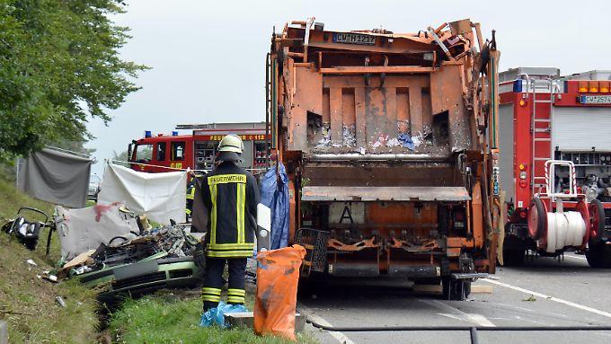 Begraben unter 26 Tonnen: Umkippender Mülllaster erschlägt fünfköpfige Familie