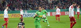 Kiel erreicht Pokalrunde zwei: Gladbach und Leverkusen quälen sich weiter