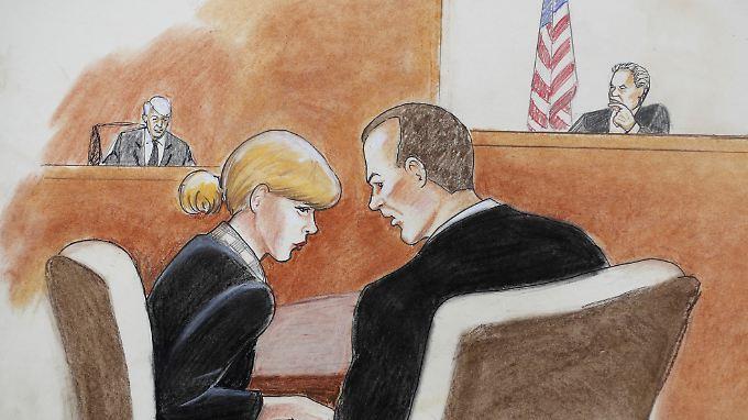 Taylor Swift vor Gericht im Gespräch mit ihrem Anwalt. Hinten links ist David Mueller zu sehen.