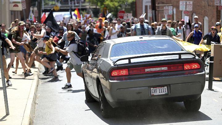 Sekundenbruchteile nach dieser Aufnahme rast der Wagen ungebremst in die Menschenmenge.