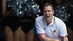 Chris Fleming und nicht namentlich bekannte Cheerleader feuern die deutschen Basketballer an.