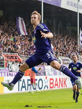 Yipee: Party an der Bremer Brücke, nicht nur Konstantin Engel freut sich über das 2:0 des VfL Osnabrück.