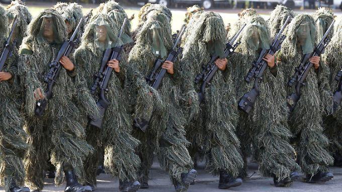 Aufmarsch zum 116. Gründungsjubiläum: Nachts greift die philippinische Polizei dann durch.