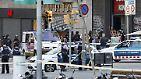 Die Beamten beginnen sofort mit der großflächigen Evakuierung rund um den Anschlagsort sowie des nahegelegenen Plaza Catalunya.