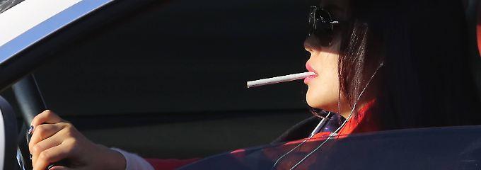Das Spiel mit dem Feuer: Rauchen und andere Risiken am Steuer