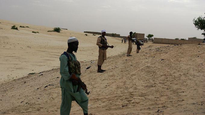 2012 in Mali: Islamisten bereiten sich darauf vor, einem Dieb den Arm abzuschneiden.