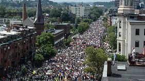 Während die Demonstration für freie Meinungsäußerung nur einige Dutzend Teilnehmer zählte, füllten die Gegendemonstranten ganze Straßenzüge.