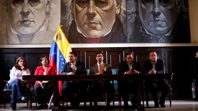 Vize-Parlamentspräsident Freddy Guevara (3. v.r.) will die Entmachtung der legislativen Gewalt nicht akzeptieren.