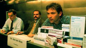 Van Aken bei einer Greenpeace-Pressekonferenz 1998