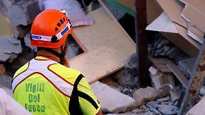Erdbeben auf Ischia: Helfer retten ein Baby aus den Trümmern