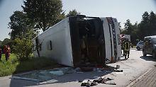Fünf Schwerverletzte in Bohmte: Bus mit Erntehelfern kippt in Kreisverkehr um