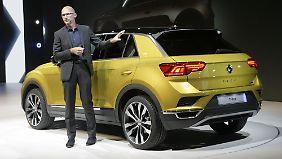 Chefdesigner Klaus Bischof erläutert die Eigenheiten des Stylings des VW T-Roc.