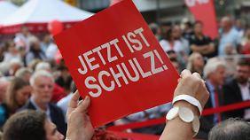 Hälfte der Wähler unentschlossen: Merkel will Steuersenkungen, Schulz hadert mit der Maut