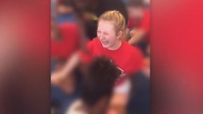 US-Schule suspendiert fünf Mitarbeiter: Trainer zwingt Cheerleaderin gewaltsam zum Spagat