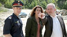 Fellner (Adele Neuhauser, Mitte) und Eisner (Harald Krassnitzer, r.) untersuchen den Mord an einem guineischen Doktor.