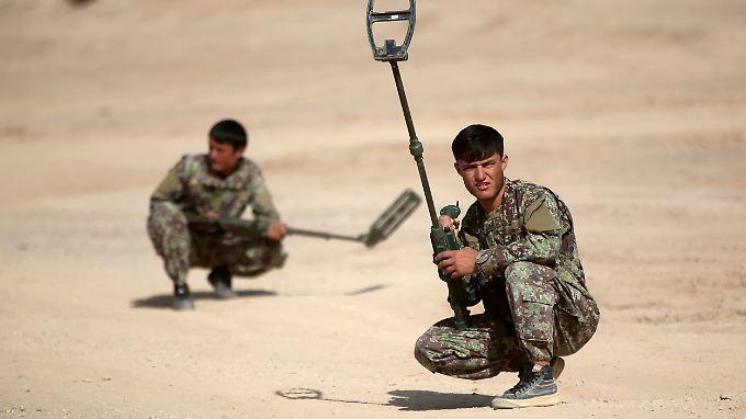 In der afghanischen Provinz Helmand werden Soldaten geschult, um Minen im Boden aufspüren zu können.