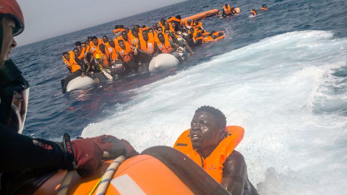 Tausende Menschen flüchten Monate für Monat übers Mittelmeer - viele von ihnen sterben.